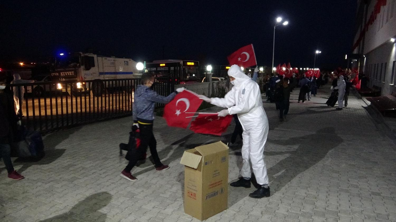 """73 Türk, """"Ölürüm Türkiyem"""" şarkısı ile karşılandı"""