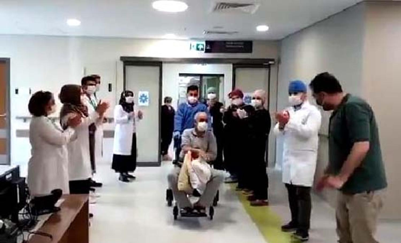 Elazığ'da koronavirüsü yenen hastaya alkışlı uğurlama