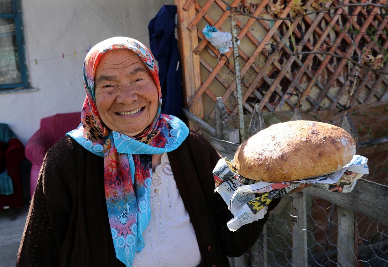 Dışarı çıkamayanlar için haftanın 3 günü köy fırınında ekmek pişiriyor