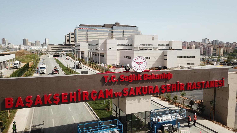 Başakşehir Çam ve Sakura Şehir Hastanesi'nin tabelası asıldı