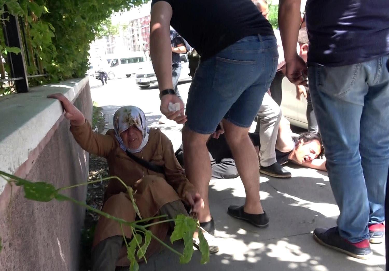 Cadde ortasında annesine saldırdı! tekme tokat dayak attılar