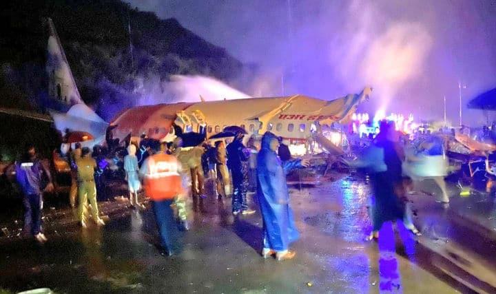 Hindistan'da iniş sırasında pistin dışına çıkan uçak ikiye bölündü: 15 ölü