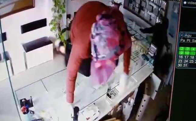 Adana'da film gibi soygun! Kadın kılığında geldiler, kuyumcuyu vurup kaçtılar