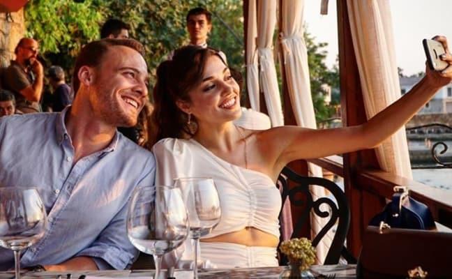 Ezgi Mola'nın Youtube kanalına konuk olan Kerem Bursin, Hande Erçel'e övgüler yağdırdı: Hiç beklemiyordum