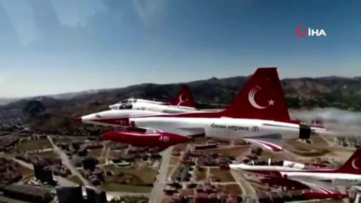 Türk Yıldızları, gökyüzüne şanlı bayrağımızı nakşetti