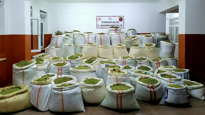 Diyarbakır'da dev uyuşturucu operasyonu: 1,5 ton esrar ve 90 bin kök Hint keneviri yakalandı