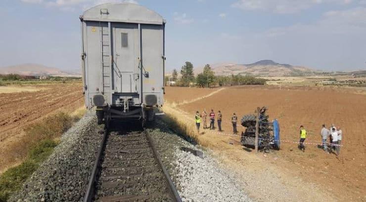 Yük treni traktöre çarptı: 1 yaralı