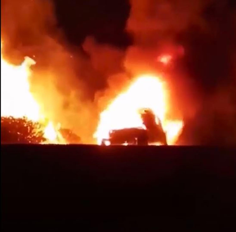 Karayolunda yanan araç ormanı da yaktı
