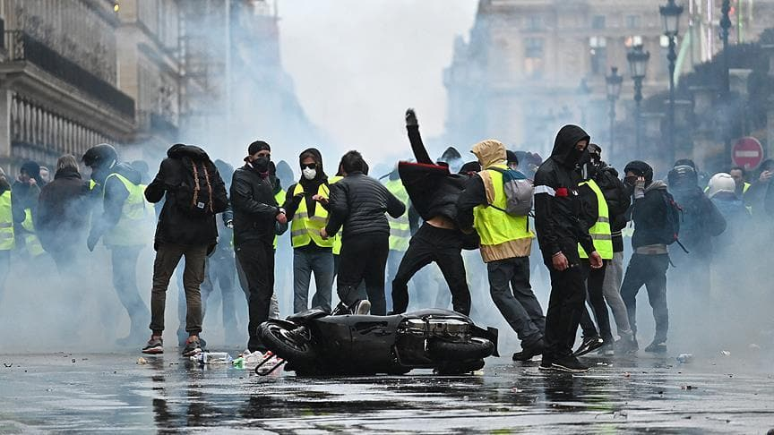 Macron'a karşı isyan büyüyor! Fransa'da 'Sarı Yelekliler' yeniden sokaklarda