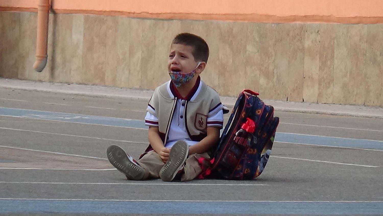 Çanakkale'de okula yalnız giren Emir ağlayarak dışarı çıktı