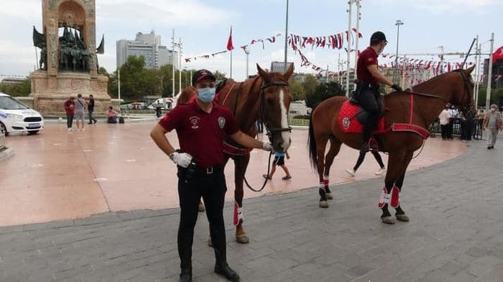 Taksim'de atlı polislerden maske denetimi