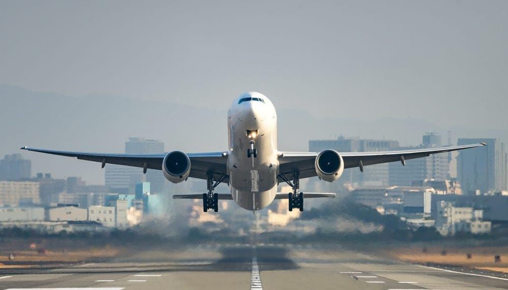 Hafter milisleri yolcu uçağının piste inişini engelledi