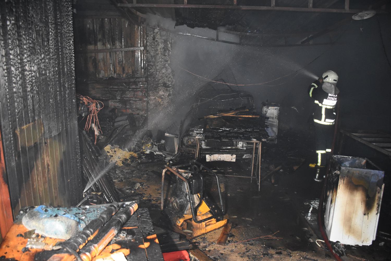 Muğla'daki ev yangınında garajdaki otomobil ve eşyalar yandı