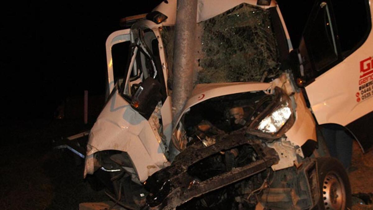 Erzincan'da feci kaza! Trafik levhasına saplandı