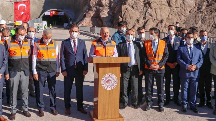 Ulaştırma ve Altyapı Bakanı Karaismailoğlu: Dağları tünellerle, vadileri viyadüklerle aşıyoruz