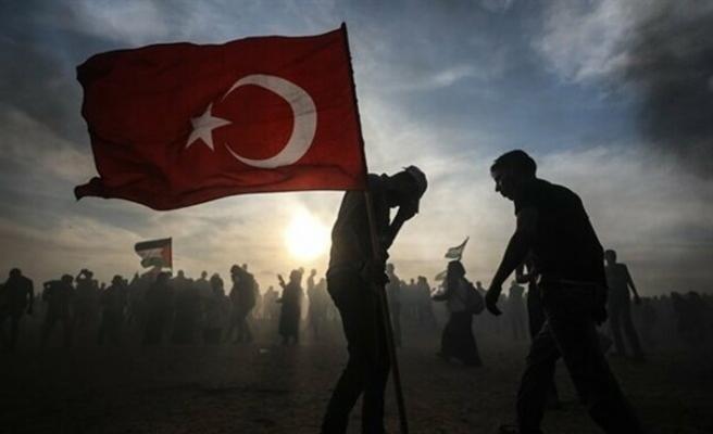 Fransa'ya tepki olarak Türk bayrağı taşıdılar