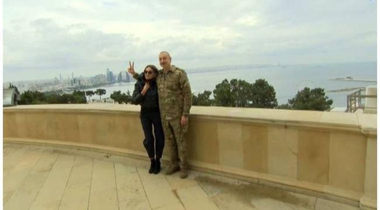 Azerbaycan Cumhurbaşkanı İlham Aliyev'den zafer pozu