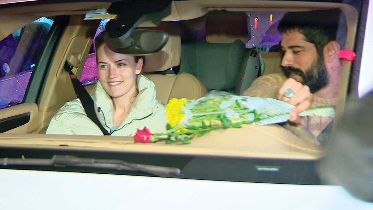 Kuruluş Osman'ın yıldızı Burak Özçivit'ten eşi Fahriye Evcen'e Boğaz'da gül jesti
