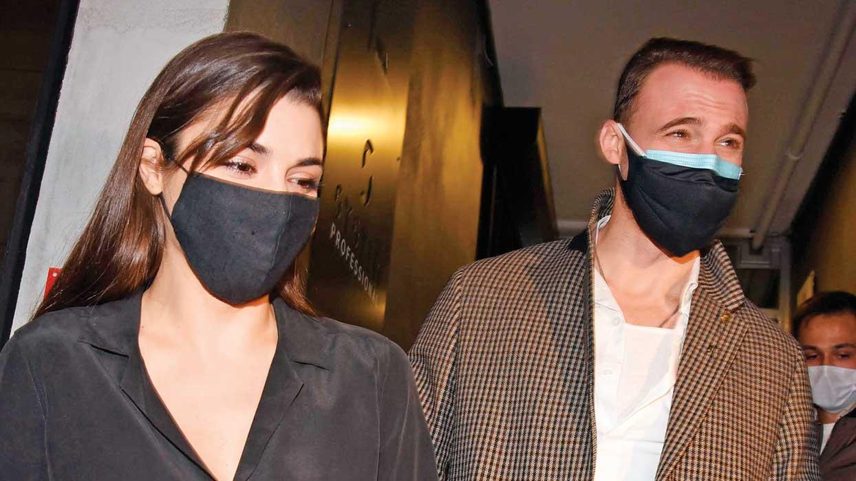 Sen Çal Kapımı'nın yıldızları Hande Erçel ile Kerem Bürsin tarzlarını gözler önüne serdi! Maskelerinin fiyatı dudak uçuklattı