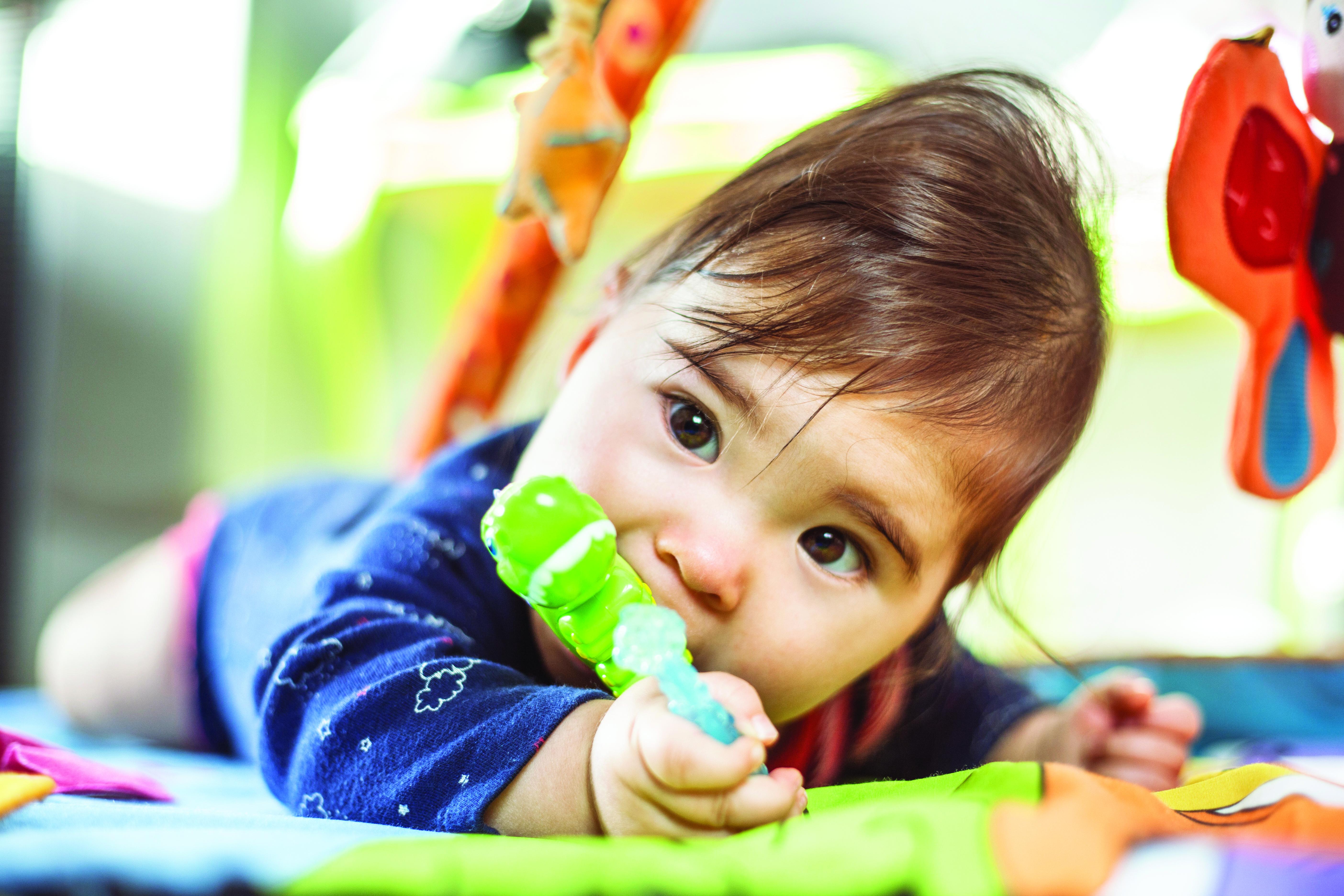Diş çıkartan bebeğe diş eti masajı