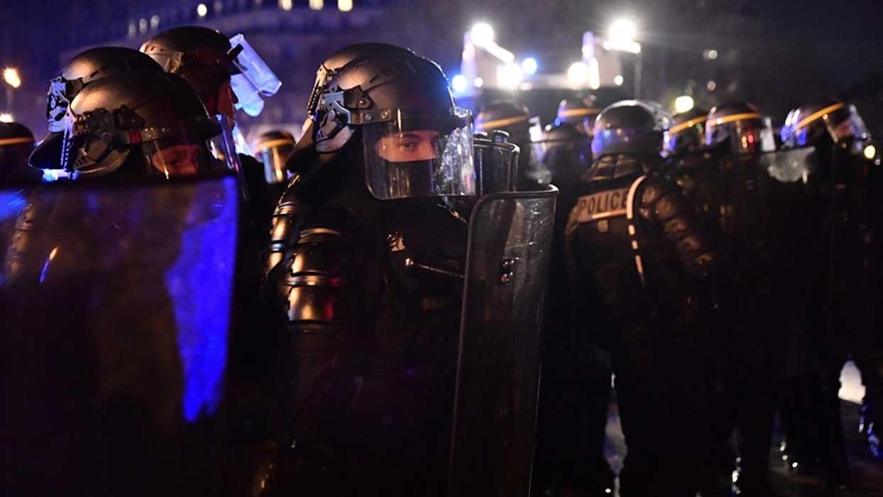 'Irkçı' şiddetin faili polisler gözaltına alındı