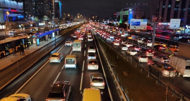 Sokağa çıkma kısıtlamasına saniyeler kala İstanbul'da trafik yoğunluğu arttı