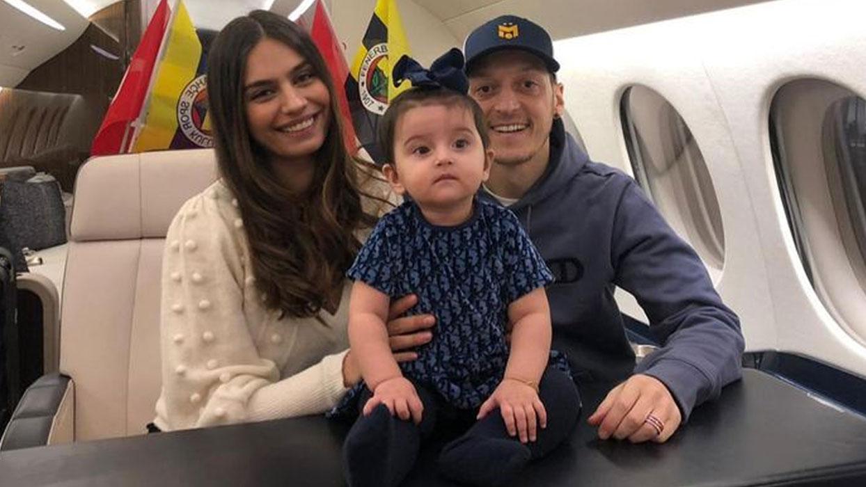 Mesut Özil ve eşi Amine Gülşe'nin 10 aylık kızları Eda tarzıyla İstanbul'da