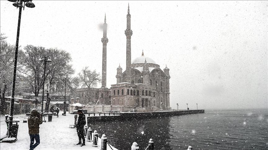 Kar yağışı İstanbul'un bazı bölgelerinde etkisini artırdı