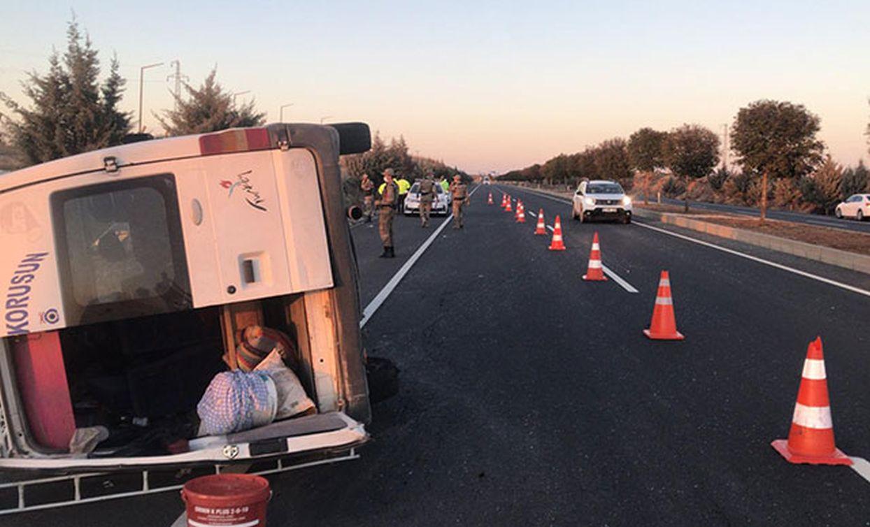 Tarım işçilerinin taşındığı minibüs yan yattı: 12 yaralı