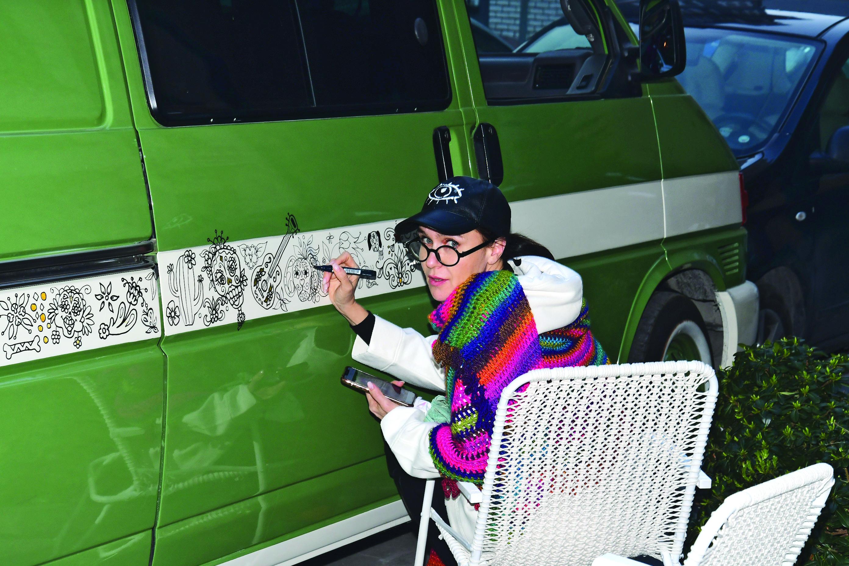 Karavanına resim çiziyor