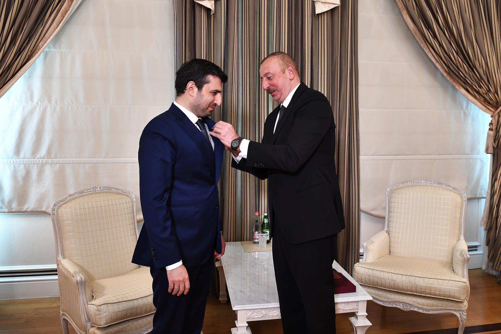 İlham Aliyev, Selçuk Bayraktar'a madalya taktı!
