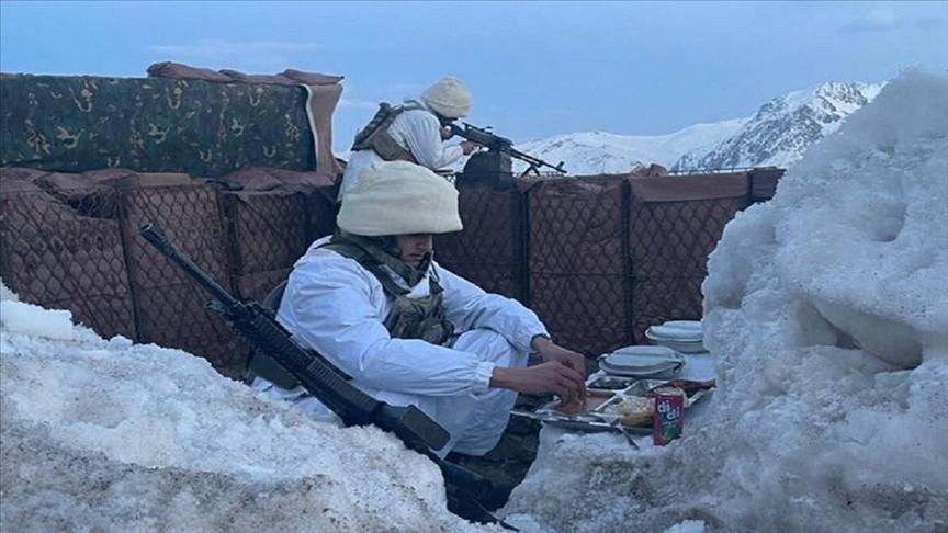 MSB, farklı birliklerde iftarını açan askerlerin fotoğraflarını paylaştı