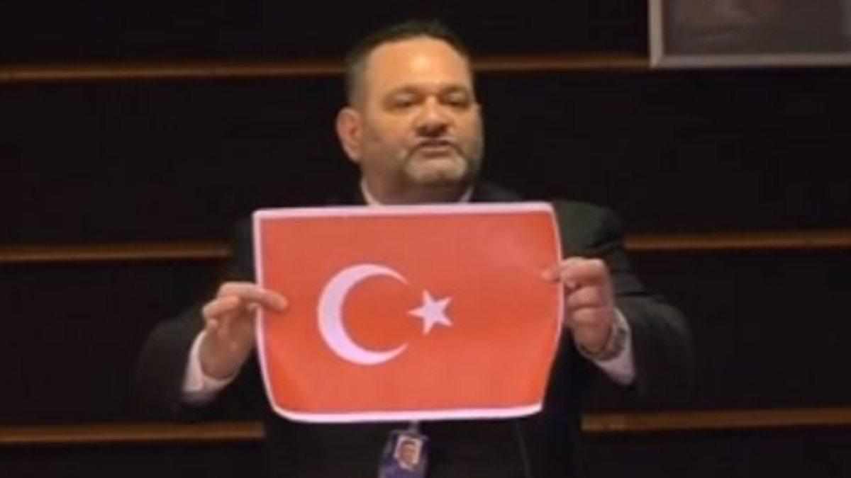 Şanlı bayrağımızı yırtan ırkçı vekilin dokunulmazlığı kaldırıldı