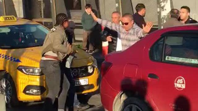 İstanbul'da, Nijeryalı kadın taksiciyi yumrukladı