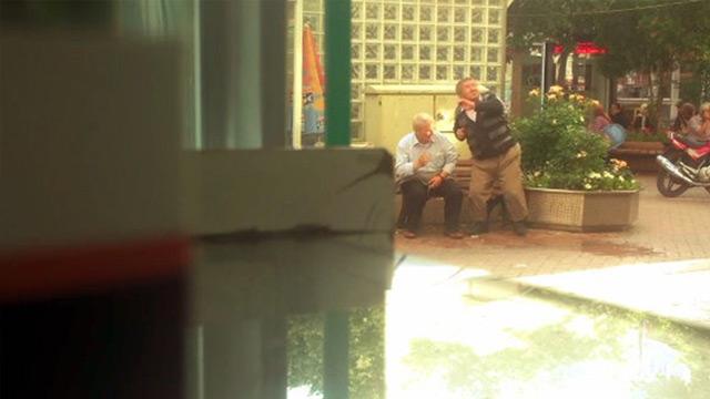 Bankta oturan yaşlılara su fırlattılar