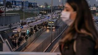 Koronavirüse rağmen İstanbul'da toplu taşıma araçları tıklım tıklım dolu! Kısıtlama getirildi
