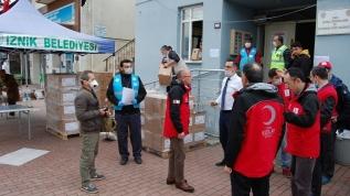 Kızılay ihtiyaç sahiplerine yardım dağıtmaya devam ediyor