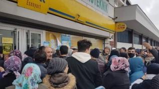 İşsizlik maaşı için vatandaş PTT şubelerinde kuyruğa girdiler