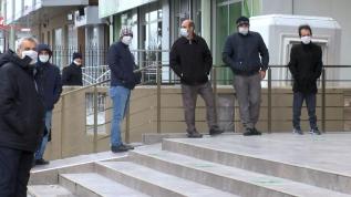 PTT önündeki kuyruklara polis engel oluyor