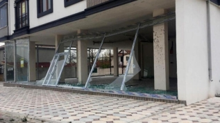 Turuncu alarm verilmişti: İşyerlerinin camları indi, çatılar uçtu