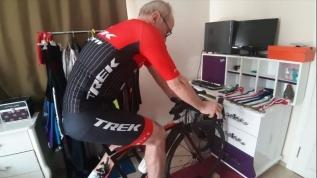 Bisiklet yarışlarını evine sağdırdı