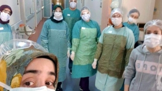 Doktor koronavirüsü yendi, işine döndü