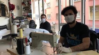 Suriyeli kardeşler, maske yapımı için kolları sıvadı