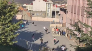 20 yaşının altındaki çocuklar okul bahçesinde top oynadı