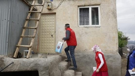 Siirt'te ekipler evdekal çağrısına uyan öğrencilerimizin kitaplarını taşıdı