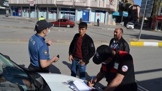 Çekirdek çitleyip otomobille gezerken polise yakalandılar
