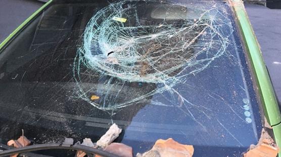 Şişli'de balkondan kopan parçalar otomobilin üstüne düştü