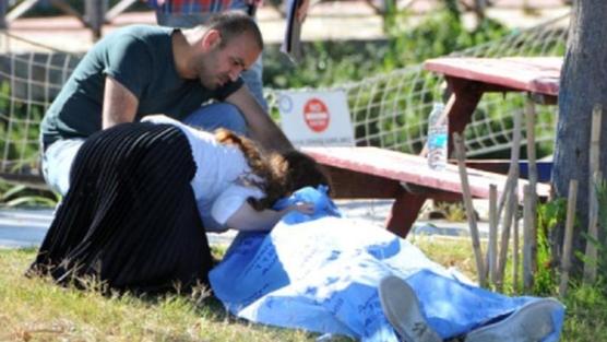Sokağa çıkma izninde hayatını kaybeden babasını son kez öptü