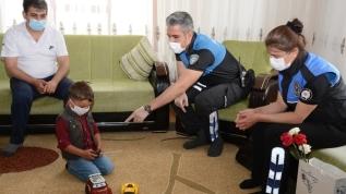 Van'da polisten saklanmak için merdivenin arkasına gizlenen çocuğa Ramazan Bayramı sürprizi