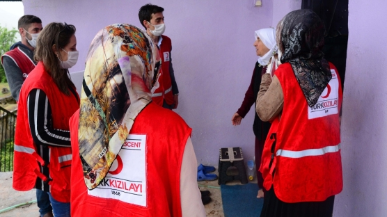 Türk Kızılay gönüllüleri bayramda da ihtiyaç sahiplerini unutmadı